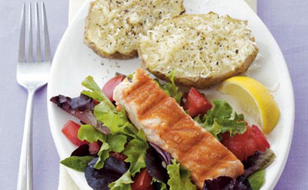 Τηγανητός σολωμός & πατάτες  με παρμεζάνα